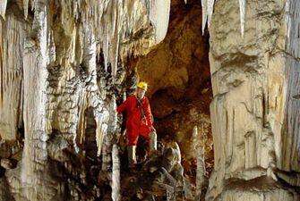 Spéléologie dans la grotte des Canalettes