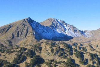 Vue sur les pics Pérics surplomants le site naturel classé Les Camporells