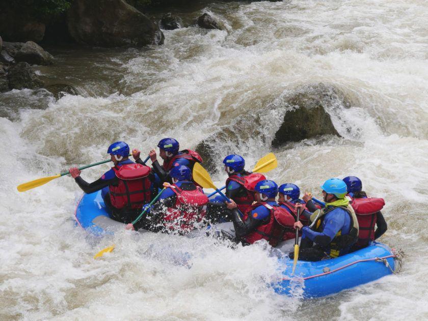 Rafting dans le fleuve de l'aude - gros débit