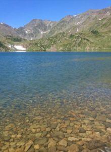 Lac d'altitude sur le site des Bouillouses avec vue sur le Carlit