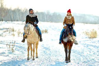Randonnée à cheval dans la neige en hiver à Font-Romeu