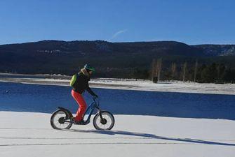 Trottinette électrique dans la neige sur la station de ski Les Angles